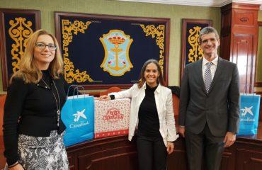 Bienestar Social y La Caixa reparten 100 cestas de Navidad en el municipio nerjeño